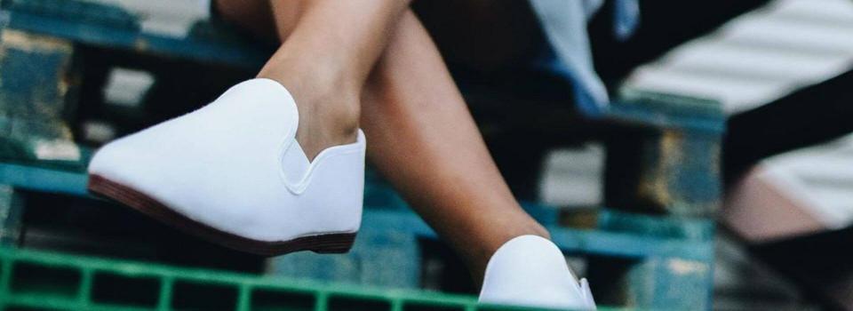 Белые слипоны— универсальная обувь